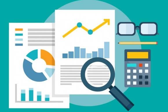 Ilustração de uma lupa analisando gráficos ao lado de uma calculadora, representando como a implementação de um ERP pode ter foco em negócios.