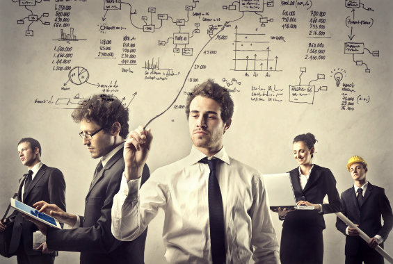 Imagem de uma equipe desenhando processos e usando tecnologia para reduzir custos com projetos de ti